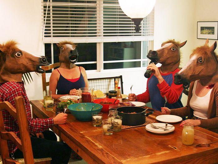 As pessoas ao redor do mundo curtindo a vida em máscaras de cavalo 10