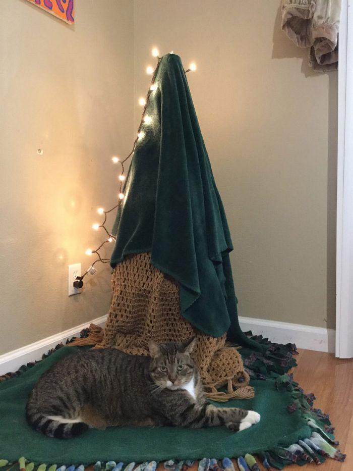 21 dicas genias de como proteger sua árvore de Natal dos animais de estimação 18
