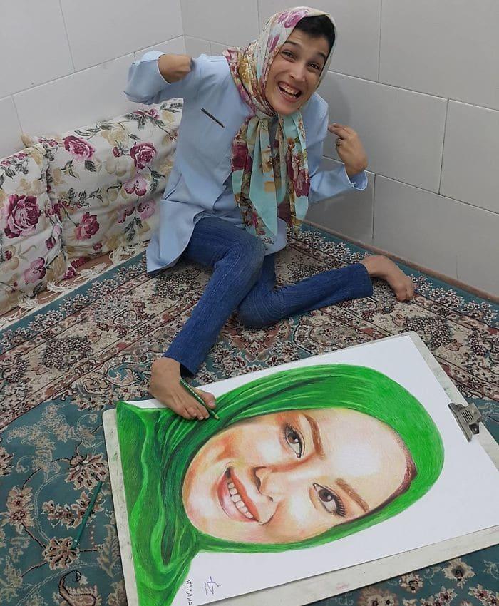 35 retratos incríveis desta artista iraniana com deficiência que usa apenas o Pé 11