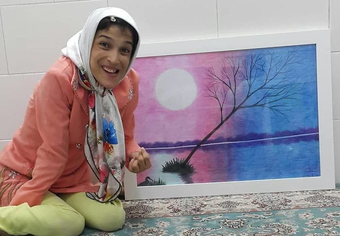 35 retratos incríveis desta artista iraniana com deficiência que usa apenas o Pé 32