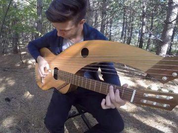 Jovem toca 'The Sound Of Silence' em um violão de 18 cordas 2