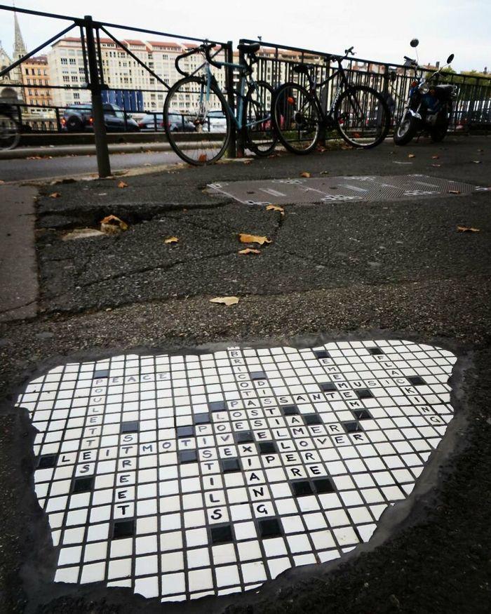 Artista conserta calçadas, buracos e edifícios rachados usando mosaicos vibrantes (30 fotos) 9