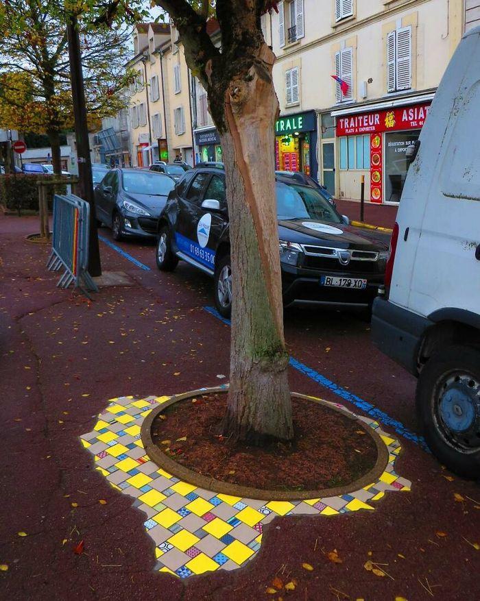 Artista conserta calçadas, buracos e edifícios rachados usando mosaicos vibrantes (30 fotos) 14