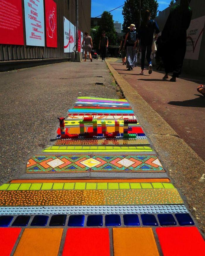Artista conserta calçadas, buracos e edifícios rachados usando mosaicos vibrantes (30 fotos) 17
