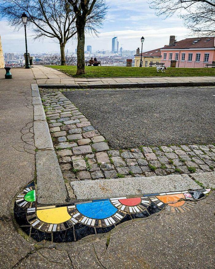 Artista conserta calçadas, buracos e edifícios rachados usando mosaicos vibrantes (30 fotos) 18