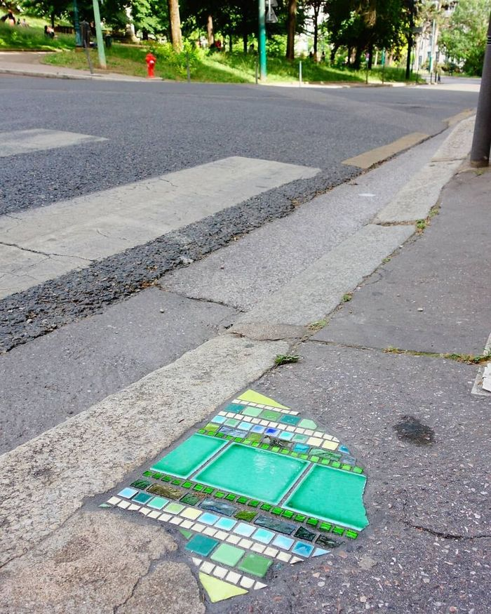 Artista conserta calçadas, buracos e edifícios rachados usando mosaicos vibrantes (30 fotos) 19