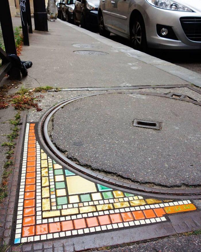 Artista conserta calçadas, buracos e edifícios rachados usando mosaicos vibrantes (30 fotos) 21