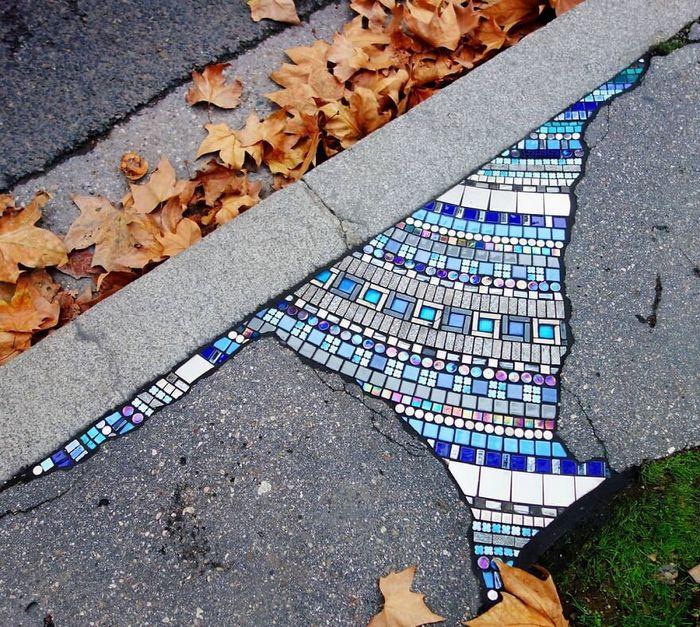 Artista conserta calçadas, buracos e edifícios rachados usando mosaicos vibrantes (30 fotos) 24
