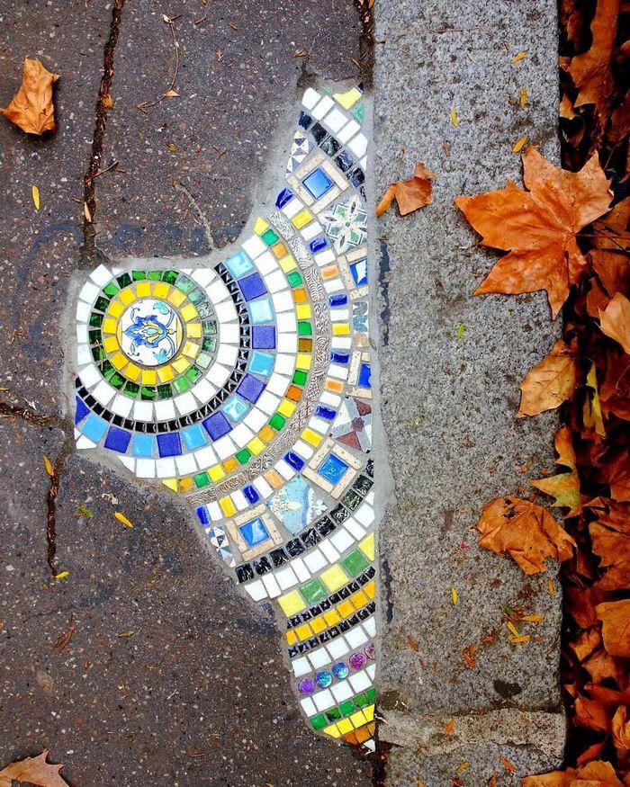 Artista conserta calçadas, buracos e edifícios rachados usando mosaicos vibrantes (30 fotos) 26