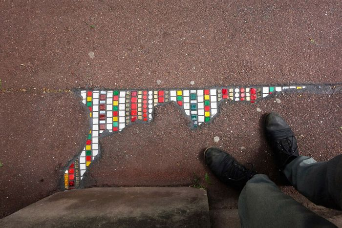 Artista conserta calçadas, buracos e edifícios rachados usando mosaicos vibrantes (30 fotos) 27