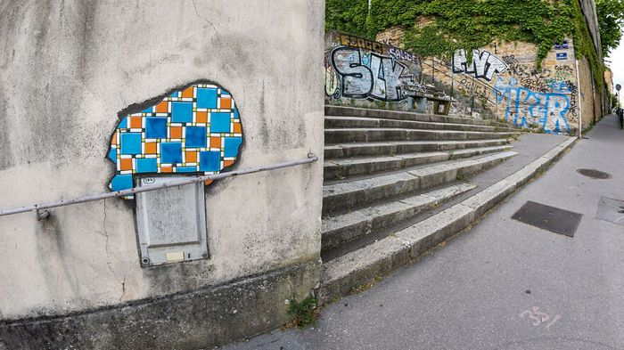 Artista conserta calçadas, buracos e edifícios rachados usando mosaicos vibrantes (30 fotos) 28