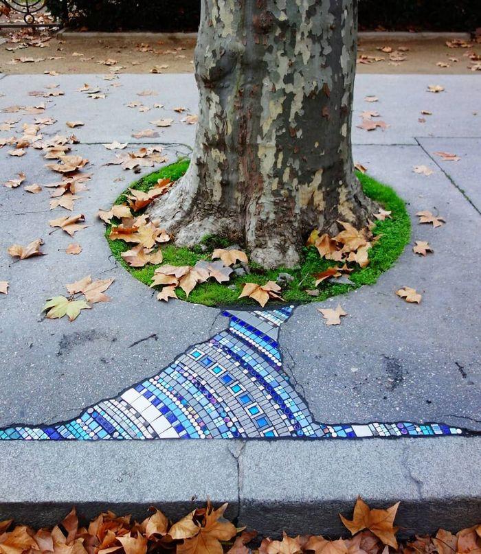 Artista conserta calçadas, buracos e edifícios rachados usando mosaicos vibrantes (30 fotos) 29