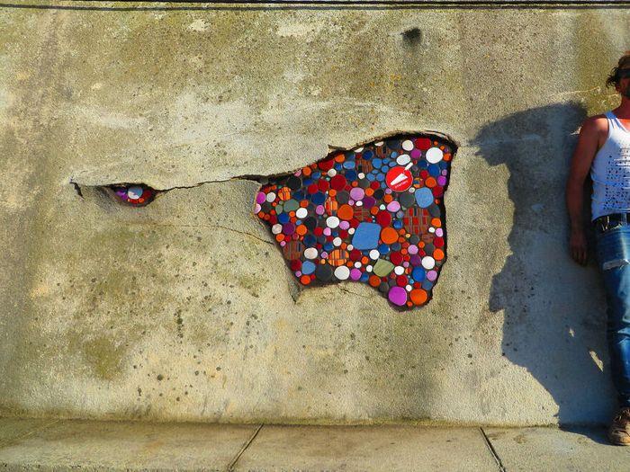 Artista conserta calçadas, buracos e edifícios rachados usando mosaicos vibrantes (30 fotos) 30