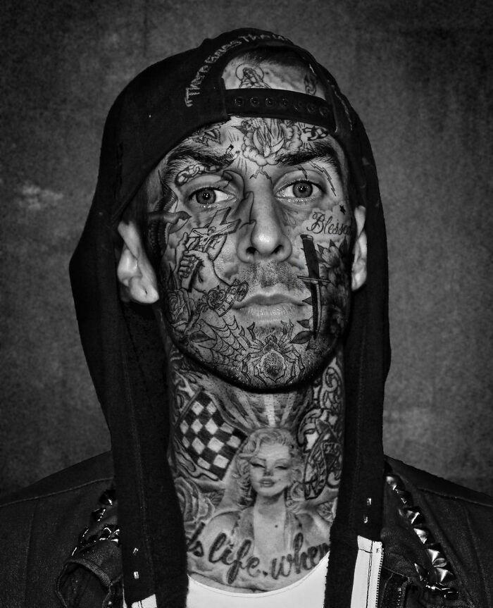 Qual seria a aparência de 48 celebridades se tivessem tatuagens legais 20