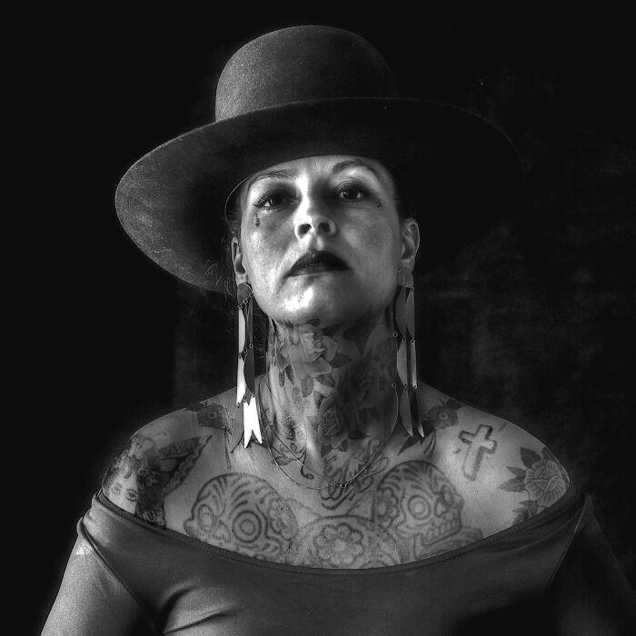 Qual seria a aparência de 48 celebridades se tivessem tatuagens legais 23