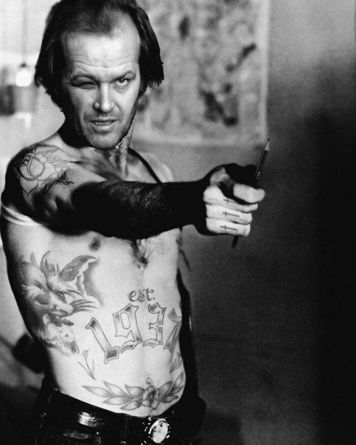Qual seria a aparência de 48 celebridades se tivessem tatuagens legais 47