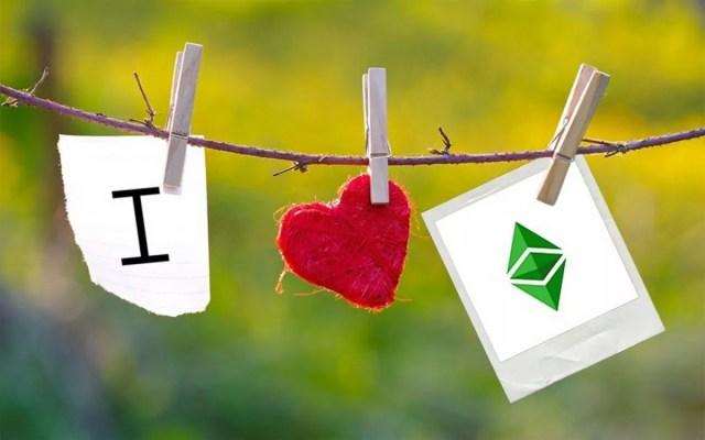 Un tendedero con el logo de Ethereum y el símbolo de corazón
