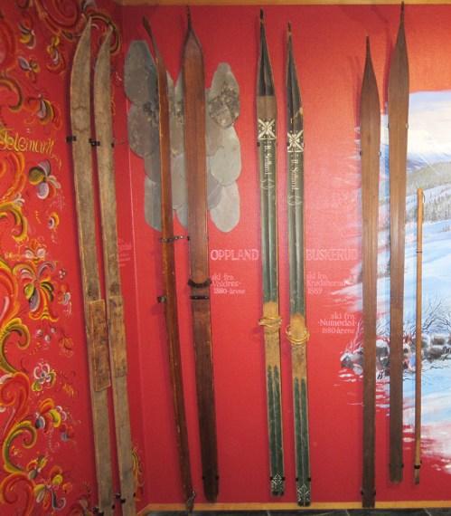 Gamle ski fra Krødsherad, utstilt på Skimuseet i Holmenkollen
