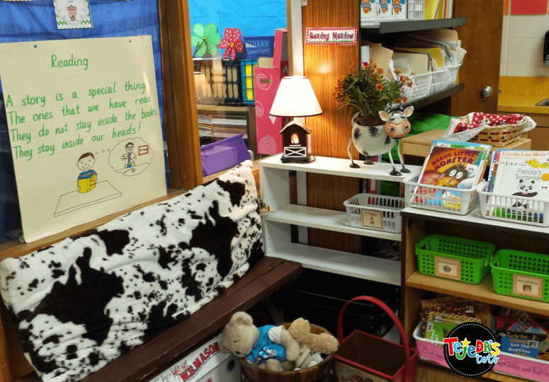 Make your library cozy with pillows, a lamp, stuffed animals, and any themed items you find at garage sales or thrift shops. Setting up your classroom library can be fun and doesn't have to be expensive to be inviting and cozy! #tejedastots #clasroomlibrary