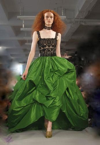 vestito in seta verde.