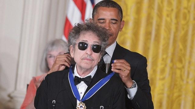 En 2012, Dylan recibió de parte del presidente de Estados Unidos, Barack Obama, la Medalla de la Libertad, considerada el máximo honor civil.
