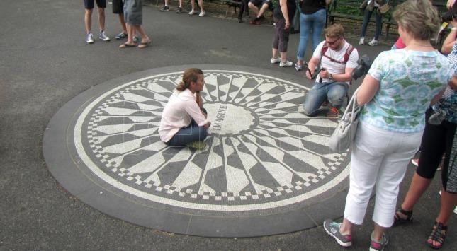 """""""Strawberry fields"""", en Central Park, lugar de procesión para los fans."""