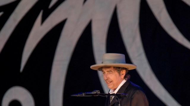 """La secretaria permanente de la Academia Sueca justificó la decisión al destacar que Dylan ha """"creado una nueva expresión poética dentro de la gran tradición de la canción americana"""""""