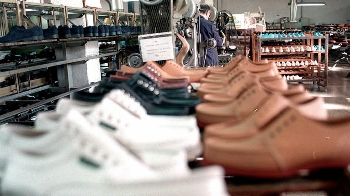 El sector calzado volvió a producir y contratar personal.