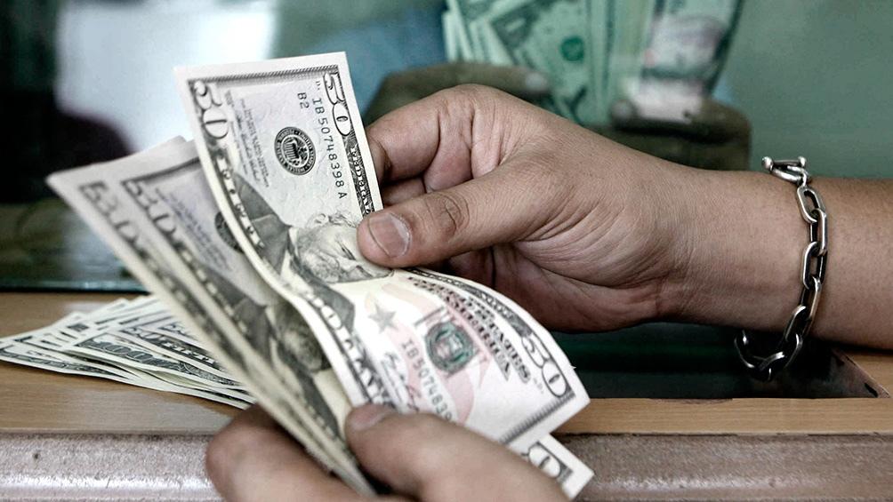 Algunos bancos privados habilitaron esta tarde la venta de dólar ahorro a través del sistema homebanking