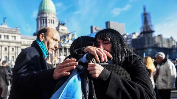 Los que se oponen a la iniciativa también se reunieron, en menor número, frente al Parlamento.
