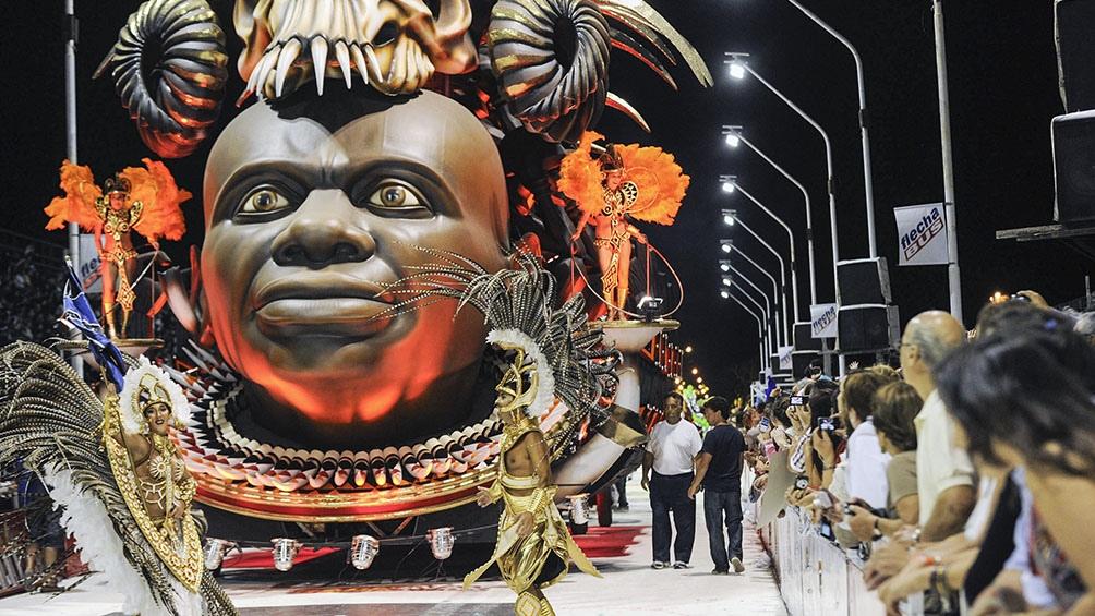 Las comparsas trabajan todo el año para los desfiles de Carnaval.