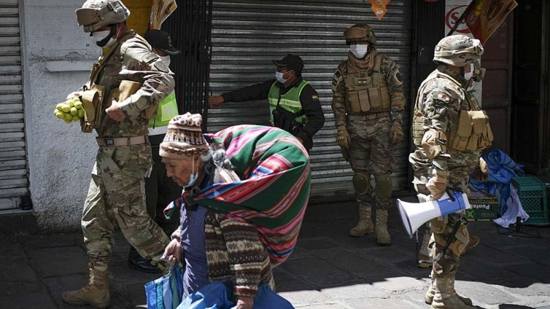 Bolivia comenzó en febrero a vacunar a su personal médico