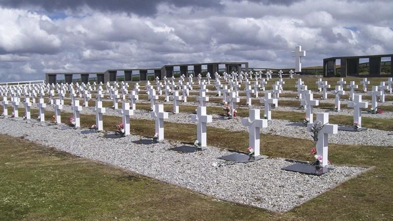El cementerio de Darwin está a 70 kilómetros de Puerto Argentino.