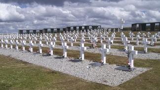 Las 237 cruces del cementerio argentino. (Foto: G. E. G.)
