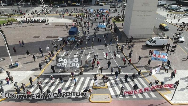 El Plenario del Sindicalismo Combativo, cortaban esta mañana la esquina de Corrientes y 9 de Julio.