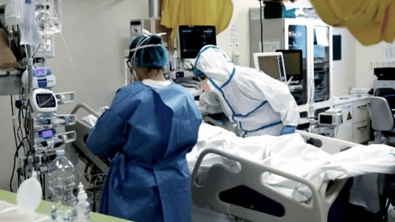 Los especialistas recalcan que el personal sanitario está protegido proque se vacunó.
