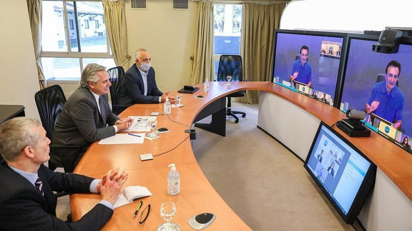 El presidente Alberto Fernández en una videconferencia con directivos de AstraZeneca.