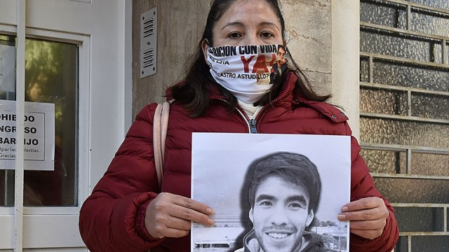 Cristina Castro con una foto de su hijo cuyo cuerpo fue hallado el 15 de agosto.