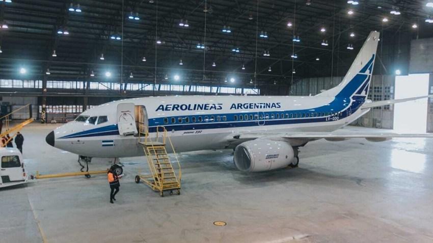 En septiembre y para celebrar sus 70 años, Aerolíneas Argentinas pintó un Boeing 737 NG con un diseño retro, de los años 80.