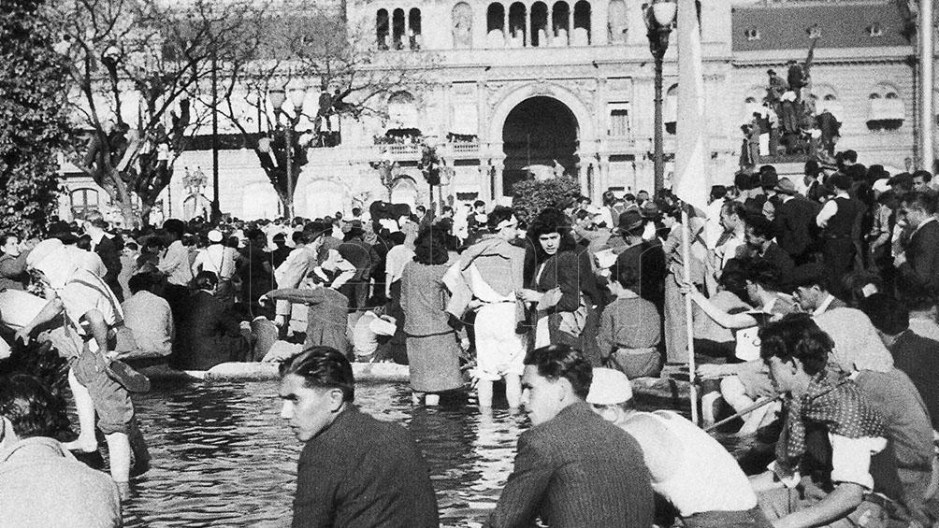 La multitud era imparable y en las primeras horas de la tarde colmó por completo la Plaza de Mayo, donde los manifestantes se refrescaron los pies en la fuente.