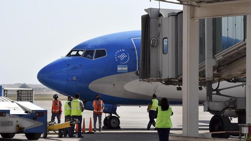 La medida contempla las restricciones de los vuelos que llegan desde el exterior, incluida en un apartado que estableció que podrán arribar al aeropuerto de Ezeiza hasta 600 pasajeros.