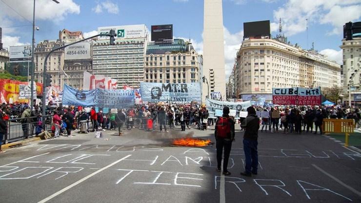 """Bajo la consigna """"No al desalojo, tierra para vivir"""", militantes de algunas organizaciones sociales iniciaron una protesta en rechazo al desalojo en distintos puntos."""