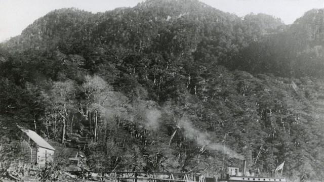 1910. El vapor Cóndor llega a Puerto Blest, tras navegar por el Nahuel Huapi. (Fotos: Gentilieza Eduardo Pérez Navarro)