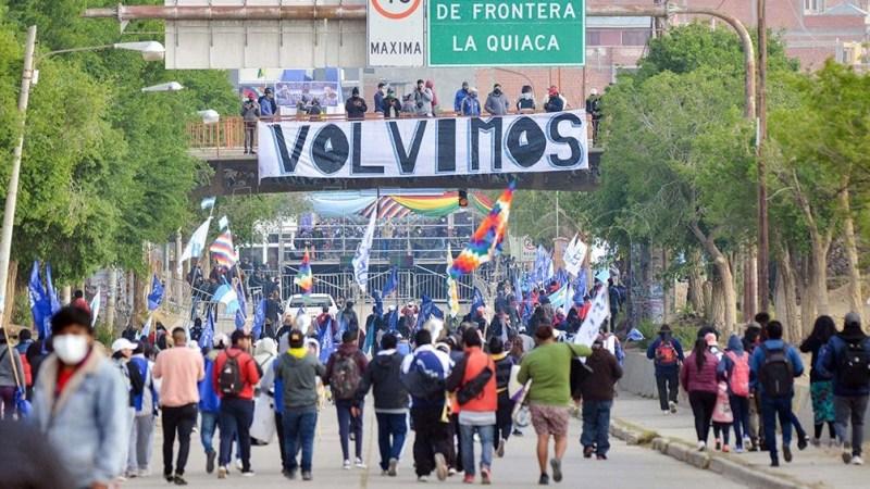 Una multitud esperó a Evo en la frontera.