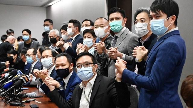 El sector prodemocrático de Hong Kong y las potencias occidentales han visto en la ley promulgada en 2020 un intento de China se cercenar las libertades y de renegar de su compromiso al momento de la devolución.