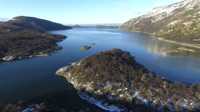 Un largo sendero conduce hasta el Lago Acigami.