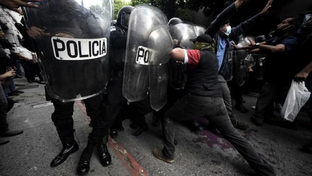 Casi medio centenar de manifestantes fueron hospitalizados por heridas, uno de ellos en estado grave.