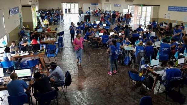 Más de 8 mil voluntarios trabajan en la recepción de quienes estaban en lista de espera.