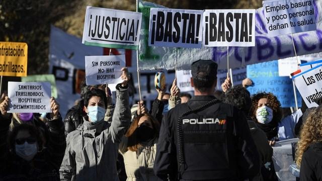 Pese al dispositivo policial, decenas de profesionales sanitarios y de manifestantes hostiles al PP protestaron frente al flamante edificio.