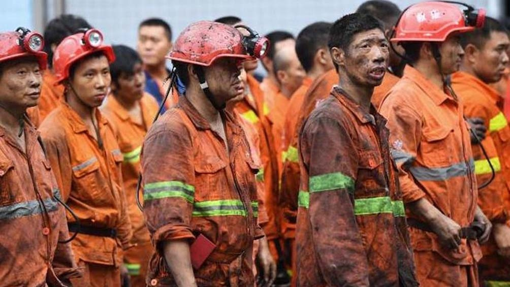 La nota informa que 12 trabajadores siguen con vida, y cuatro de ellos están heridos